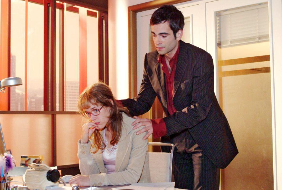 David (Mathis Künzler, r.) erkennt, dass Lisa (Alexandra Neldel, l.) Sorgen hat, und zeigt sich von seiner einfühlsamen Seite. (Dieses Foto von Alex... - Bildquelle: Monika Schürle Sat.1