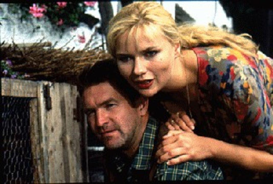 Annemarie (Veronica Ferres, r.) plant mit ihrem Liebhaber Aldo (William Mang, l.), ihren Ehemann, den Bauern Alfred Steiger, aus dem Weg zu räumen .... - Bildquelle: SAT.1