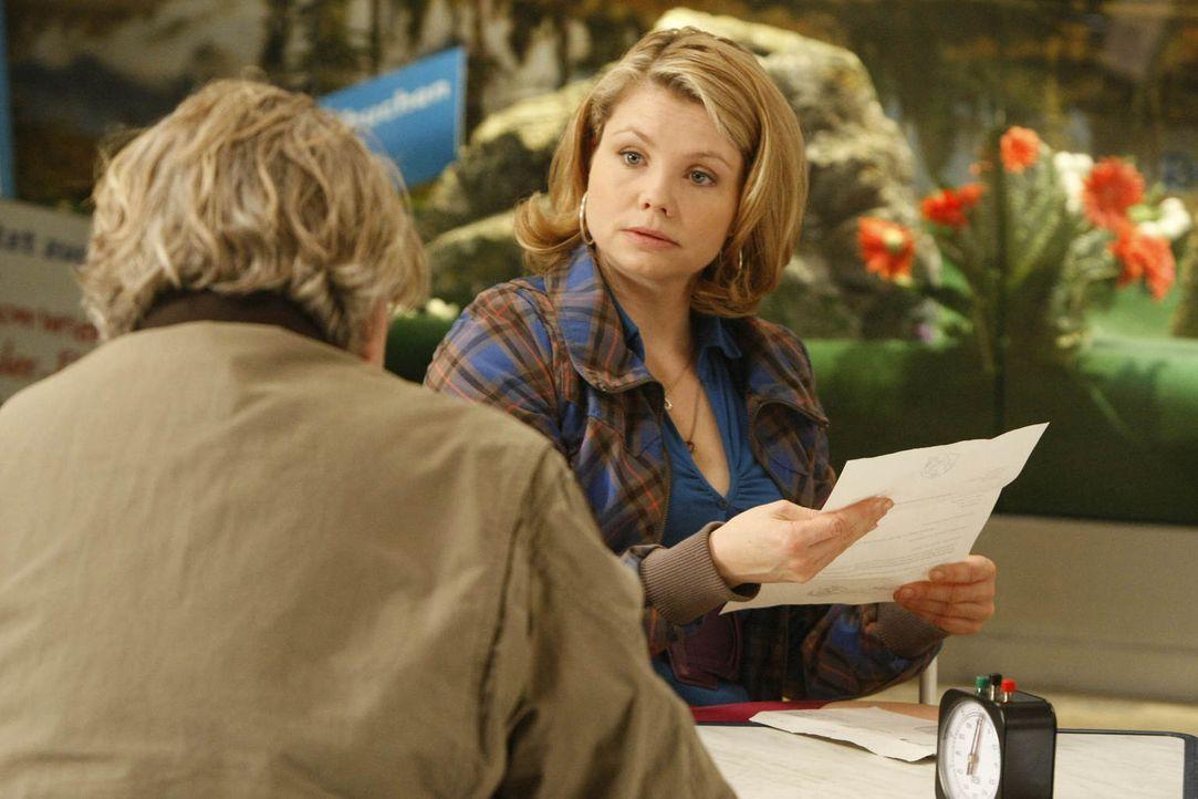 Wegen regelmäßigen Schwarzfahrens wurde Kurt (Axel Siefer, l.) vor Gericht zitiert, jetzt sucht er Hilfe bei seiner Tochter Danni (Annette Frier, r.... - Bildquelle: Frank Dicks SAT.1