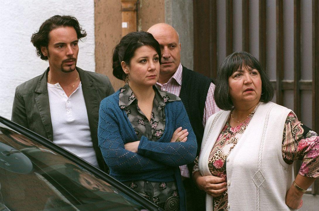 Familie Yilmaz schaut nicht schlecht, dass ihr Sohn Mehmet (John Friedmann, l.) jetzt Vorstandsvorsitzender mit Chauffeur ist ... - Bildquelle: Sat.1