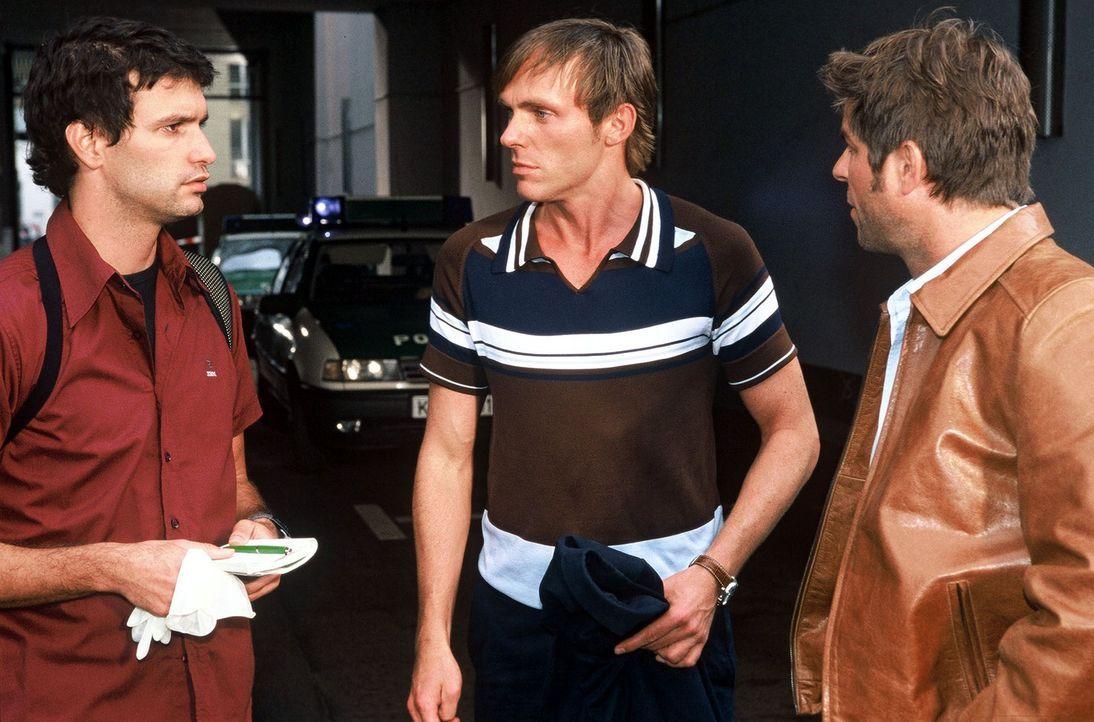 Gino (Luca Zamperoni, l.) berichtet Jupp (Uwe Fellensiek, r.) und Falk (Dirk Martens, M.) am Tatort. - Bildquelle: Münstermann Sat.1