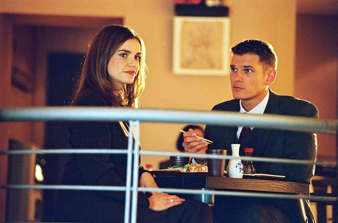 Sandra (Rebecca Immanuel, l.) ist mit Tim (Götz Otto, r.) zum Essen verabredet. Zu ihrem Entsetzen taucht Felix auf ... - Bildquelle: Spitz Sat.1
