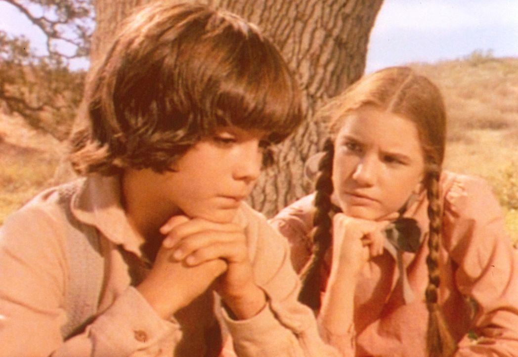 Albert (Matthew Laborteaux, l.) und Laura (Melissa Gilbert, r.) überlegen, wie sie ihrem Freund Toby, der Liebeskummer hat, helfen können ... - Bildquelle: Worldvision