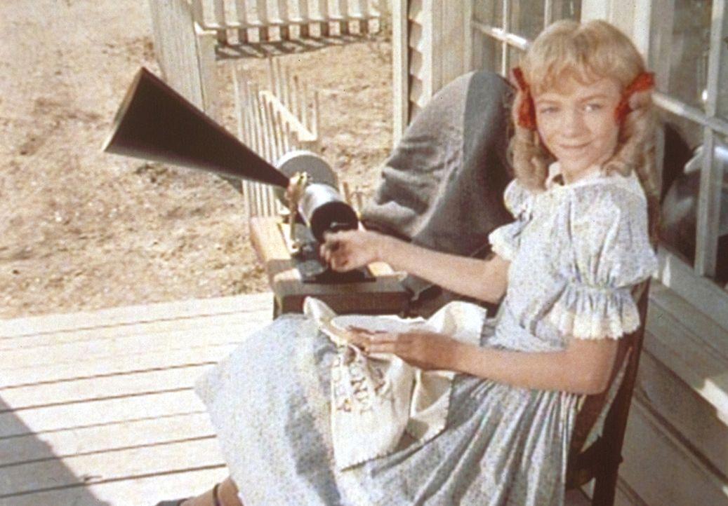 Mit ihrer neu erworbenen Sprechmaschine versucht Nellie (Alison Arngrim), bei ihrem Schwarm Jason Eindruck zu schinden. - Bildquelle: Worldvision