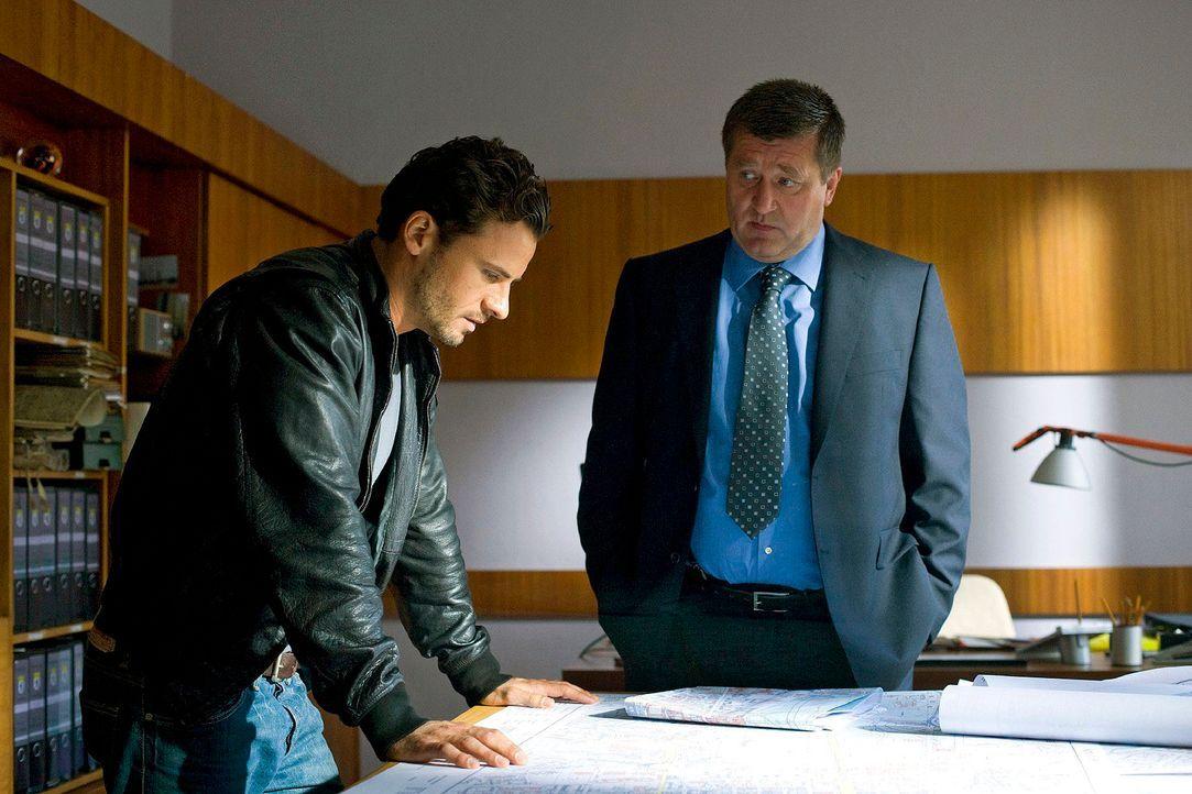 Im Berliner Bauamt erfährt Maik (Stephan Luca, l.) von Udo Kittner (Bruno Apitz, r.), dass alle DDR-Pläne von unbekannten Tunnelanlagen verschwunden... - Bildquelle: Richard Hübner Sat.1