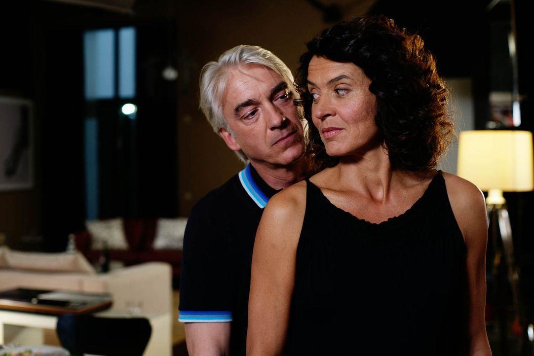 Erst spät erkennt Silke (Ulrike Folkerts, r.), dass ihre Ehe mit Richard (Christoph M. Ohrt, l.) auf Lug und Betrug aufgebaut ist ... - Bildquelle: Gabor Klinsky Sat.1