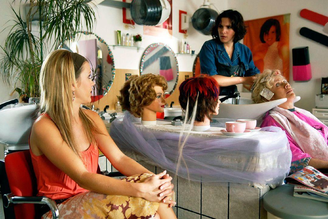 Nach vielen Jahren sieht Jackie (Wolke Hegenbarth, l.) ihre alten Freundinnen Dörthe (Caroline Dibbern, M.) und Nadja (Karin Düwel, r.) wieder ... - Bildquelle: M. Krumwiede Sat.1