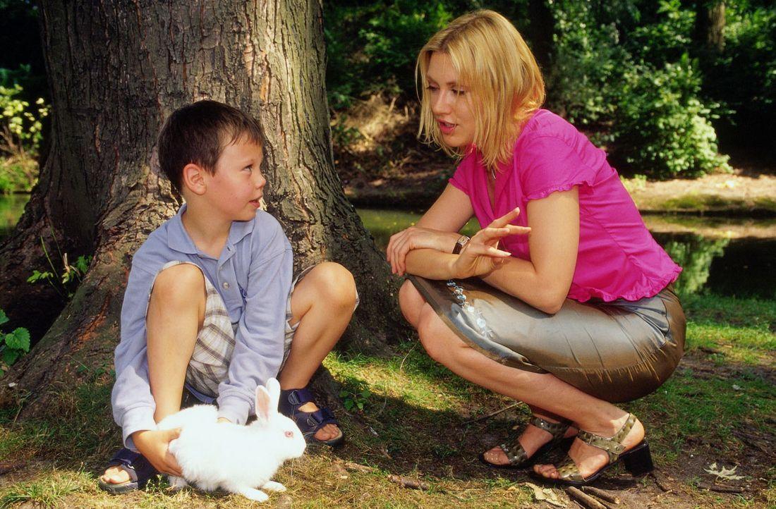 Marie (Gruschenka Stevens, r.) und ihr Sohn Max (Tristan Thordes, l.) im Park. - Bildquelle: Oliver Ziebe Sat.1