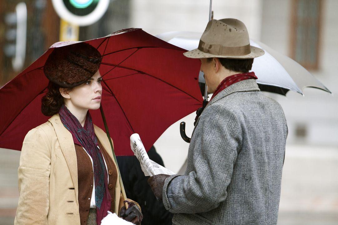 Warum hat Lucas (Rufus Sewell, r.) Eva (Hayley Atwell, l.) tatsächlich nach New Mexiko geschickt? - Bildquelle: TM &   2012 BBC