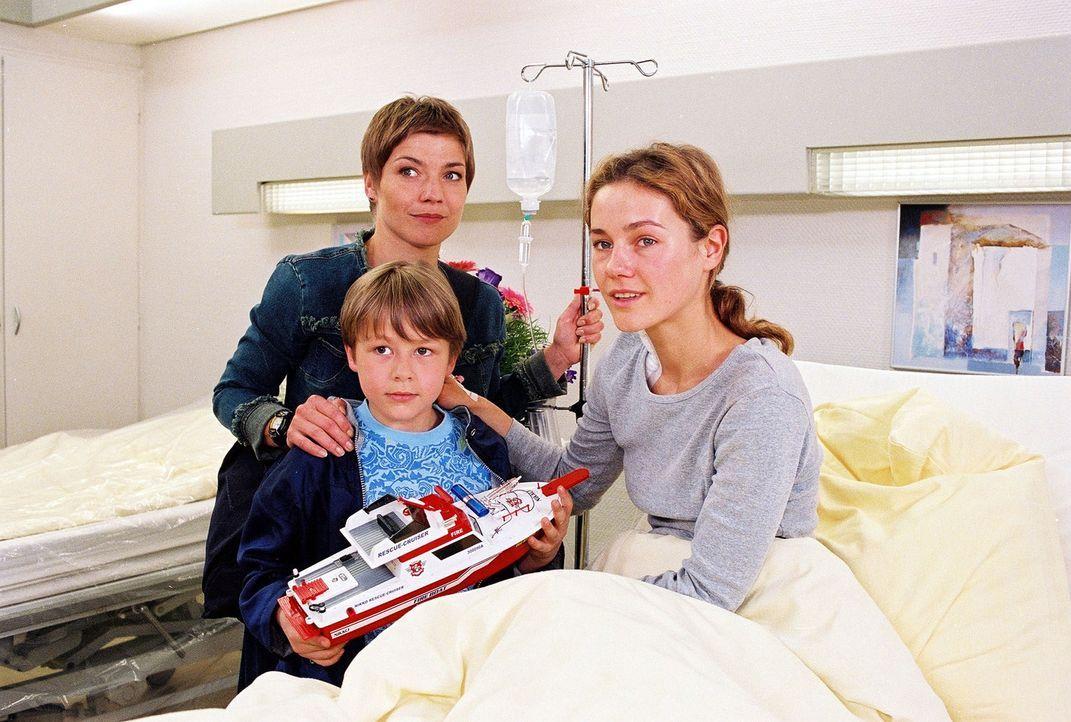 Dr. Steins Tochter Jana (Rhea Harder, r.) und ihr siebenjähriger Sohn Thomas (Luciano Silvestrini, l.) sind überraschend aus Kenia zurückgekehrt. Do... - Bildquelle: Noreen Flynn Sat.1