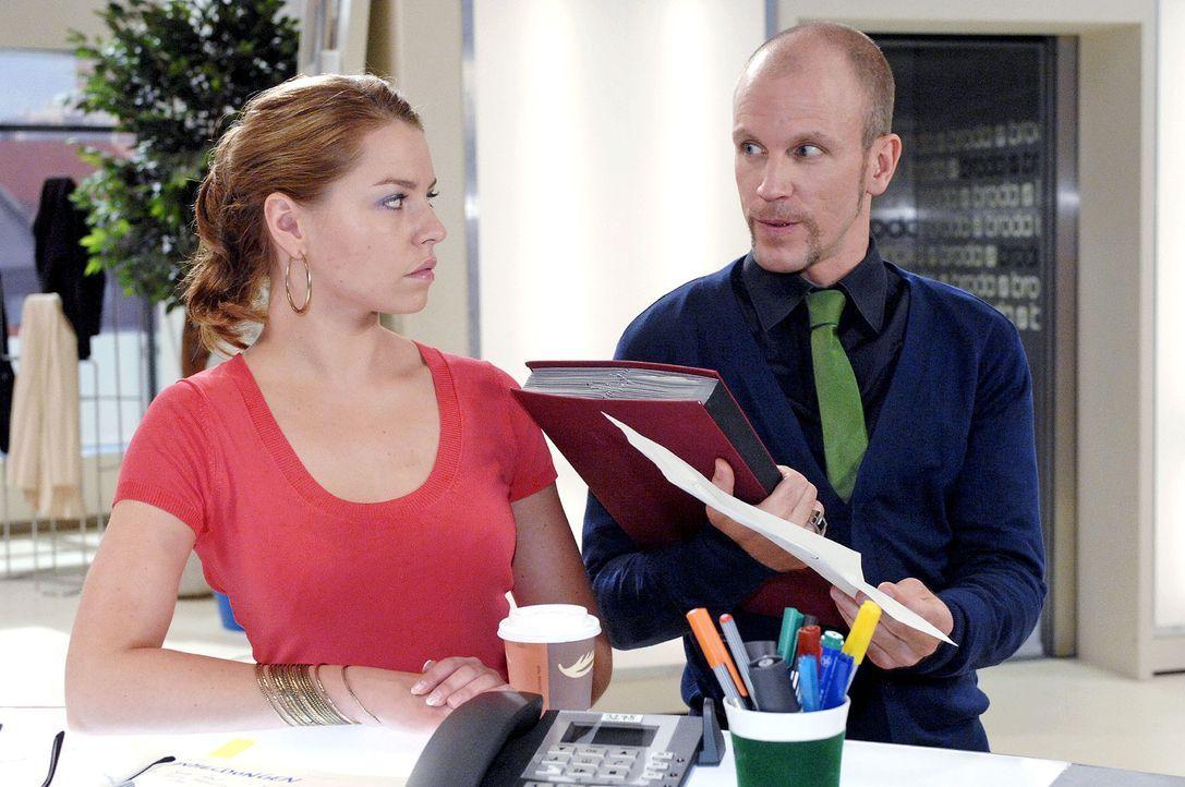 Gerrit (Lars Löllmann, r.) legt scheinbar achtlos einen Textentwurf von Anna auf den Tisch und beobachtet genau Katjas (Karolina Lodyga, l.) Reaktio... - Bildquelle: Oliver Ziebe Sat.1