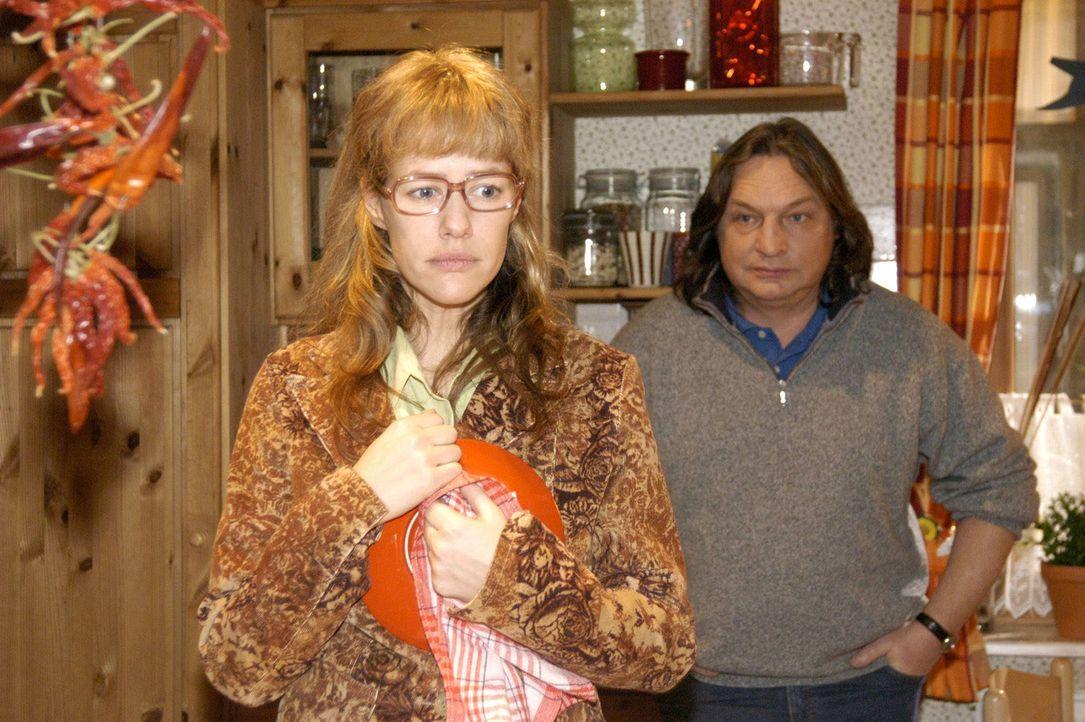 """Lisa (Alexandra Neldel, l.) erzählt ihrem Vater Bernd (Volker Herold, r.) endlich die Wahrheit über ihren angeblichen Assistentinnen-Job bei """"Kerima... - Bildquelle: Noreen Flynn Sat.1"""
