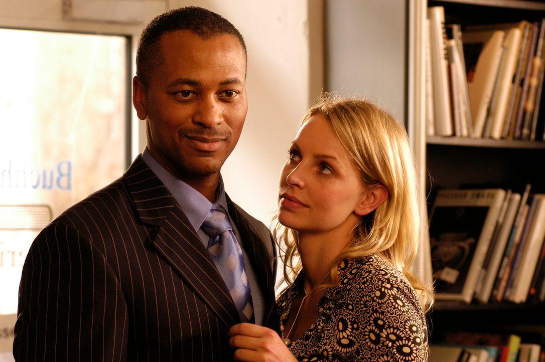 Mit ihrem neuen Lover ist Edda (Simone Hanselmann, r.) durchaus zufrieden, doch dann zeigt Arnold (Dion Ross, l.) ausgeprägte sexuelle Vorlieben ... - Bildquelle: Hans Seidenabel ProSieben