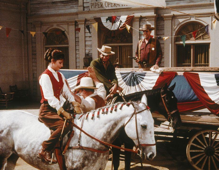 Als sich Little Joes (Michael Landon, 2.v.r.) Bruder Hoss (Dan Blocker, 2.v.l.) in Fairchilds Tochter Patty Lou (Julie Parrish, l.) verliebt, hat de... - Bildquelle: Paramount Pictures