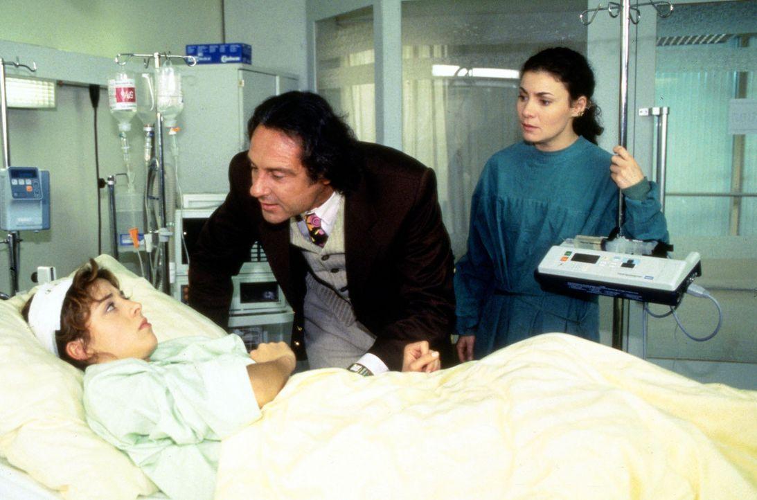 Knut Bender (Daniel Friedrich, M.) treibt das schlechte Gewissen an das Krankenbett der verletzten Odette Schreiter (Davia Dannenberg, l.). Mit dem... - Bildquelle: Noreen Flynn Sat.1