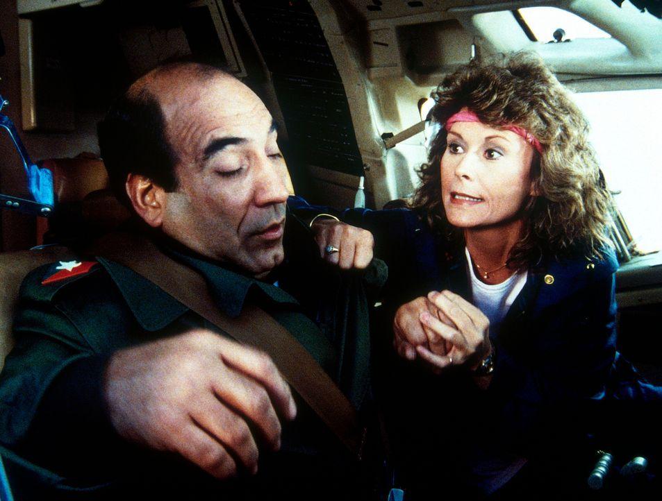 Ihnen bleibt nicht viel Zeit: Diktator Polo de Gregorio (William Marquez, l.) und Amanda (Kate Jackson, r.) müssen eine schreckliche Katastrophe ver... - Bildquelle: CBS Television