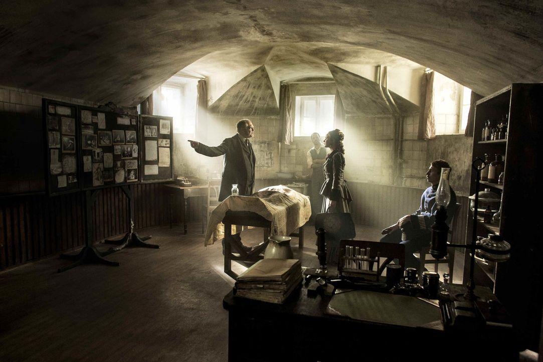 """Im """"Ripper-Room"""" hat Chief Inspector Ronald Briggs (Peter Gilbert Cotton, l.) alle Beweise zusammengetragen, doch Anna (Sonja Gerhardt, 2.v.r.) ist... - Bildquelle: Algimantas Babravicius SAT.1"""
