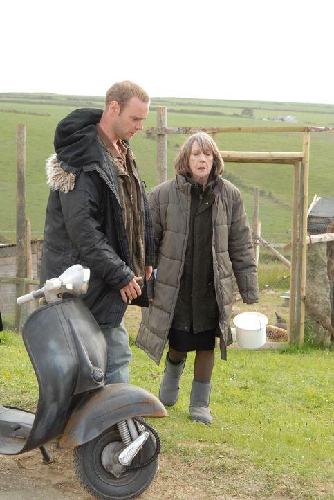 Weiß Al (Joe Absolom, l.) wirklich, was ihn zukommt, wenn er für Ruth (Eileen Atkins, r.) arbeitet? - Bildquelle: BUFFALO PICTURES/ITV