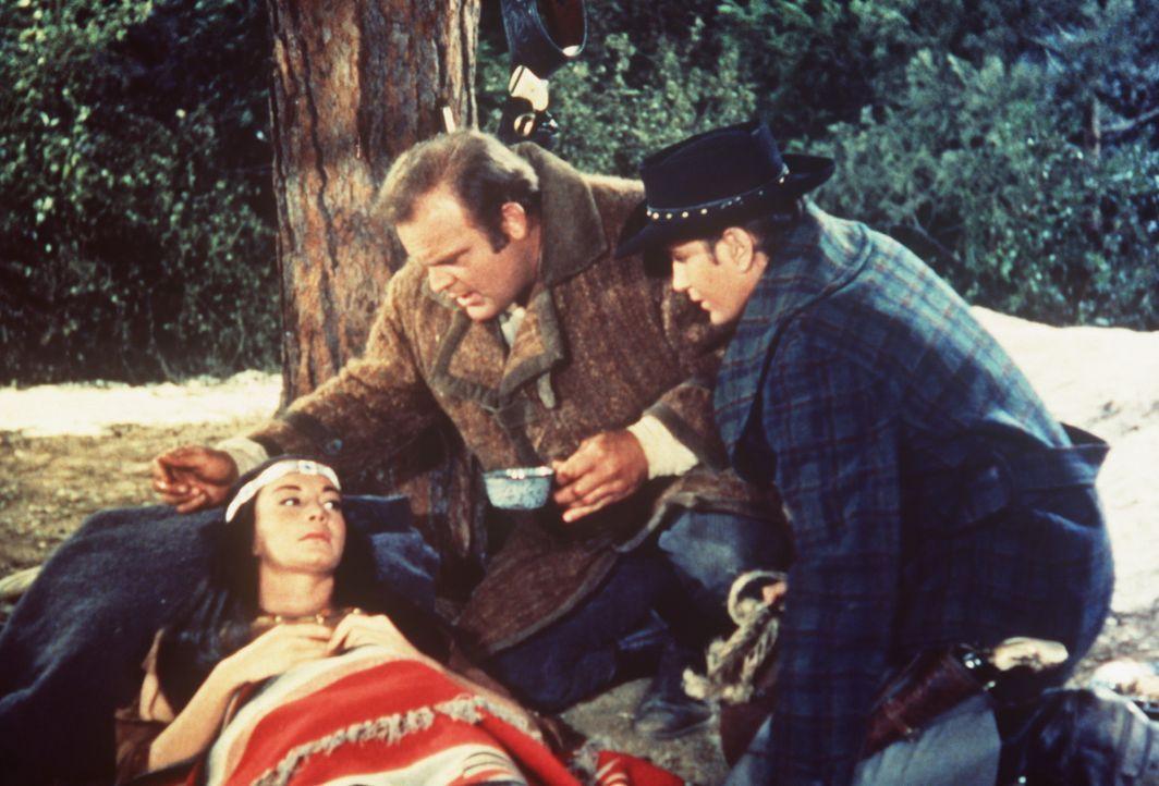 Hoss (Dan Blocker, M.) und Little Joe Cartwright (Michael Landon, r.) sind in Sorge um eine junge Indianerin (Chana Eden, l.), die hochschwanger ist. - Bildquelle: Paramount Pictures