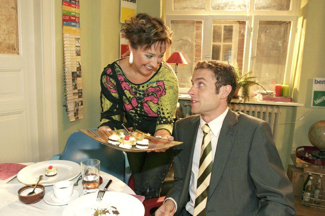 Yvonne (Bärbel Schleker, l.) übt sich Max (Alexander Sternberg, r.) zuliebe in gutem Benehmen - und wird von ihm zur Belohnung ins Wolfhardts eingel... - Bildquelle: Noreen Flynn Sat.1