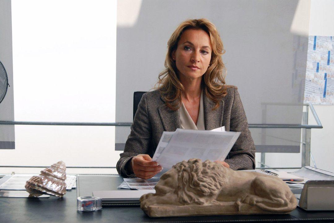 """Saras Ressortleiterin (Caroline Beil) erwartet von ihr, dass sie endlich wieder eine richtig romantische Geschichte für das """"Berliner Journal"""" schre... - Bildquelle: Hardy Spitz Sat.1"""