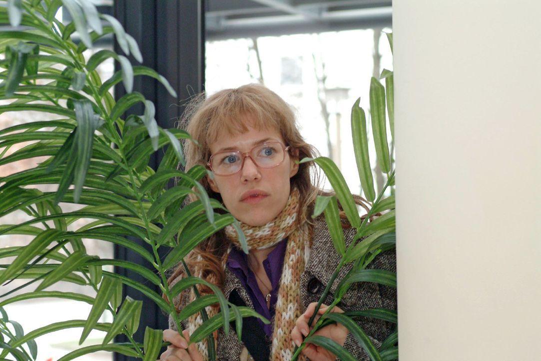 Nach Mariellas Erscheinen im Hotel geht Lisa (Alexandra Neldel) hinter einer Palme in Deckung - und beobachtet angespannt, was an der Rezeption vor... - Bildquelle: Monika Schürle Sat.1