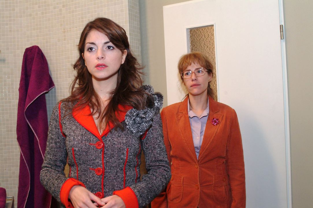 Mariella (Bianca Hein, l.) vertraut Lisa (Alexandra Neldel, r.) an, dass sie sich für David entschieden hat und ihn heiraten wird. (Dieses Foto von... - Bildquelle: Monika Schürle Sat.1