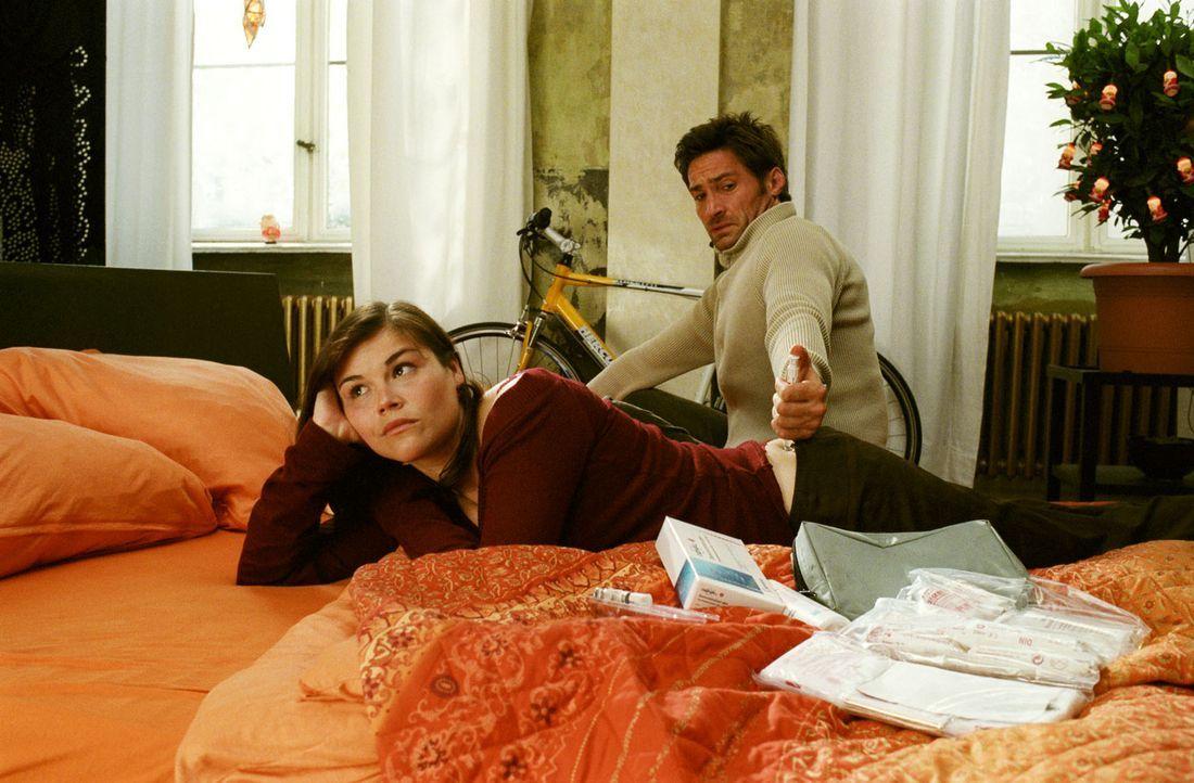 Die künstliche Befruchtung ist beschlossene Sache: Als Ehemann muss Uli (Benjamin Sadler, r.) Pia (Katharina Wackernagel, l.) Medikamente spritzen -... - Bildquelle: Noreen Flynn Sat.1