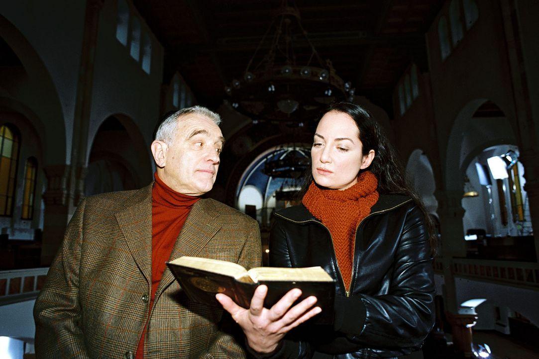 Kommissarin Eva Bartok (Natalia Wörner, r.) trifft sich mit Kantor Wassermann (Michael Degen, l.), um mehr über Rabbiner Baruch zu erfahren. - Bildquelle: Gordon Mühle Sat.1