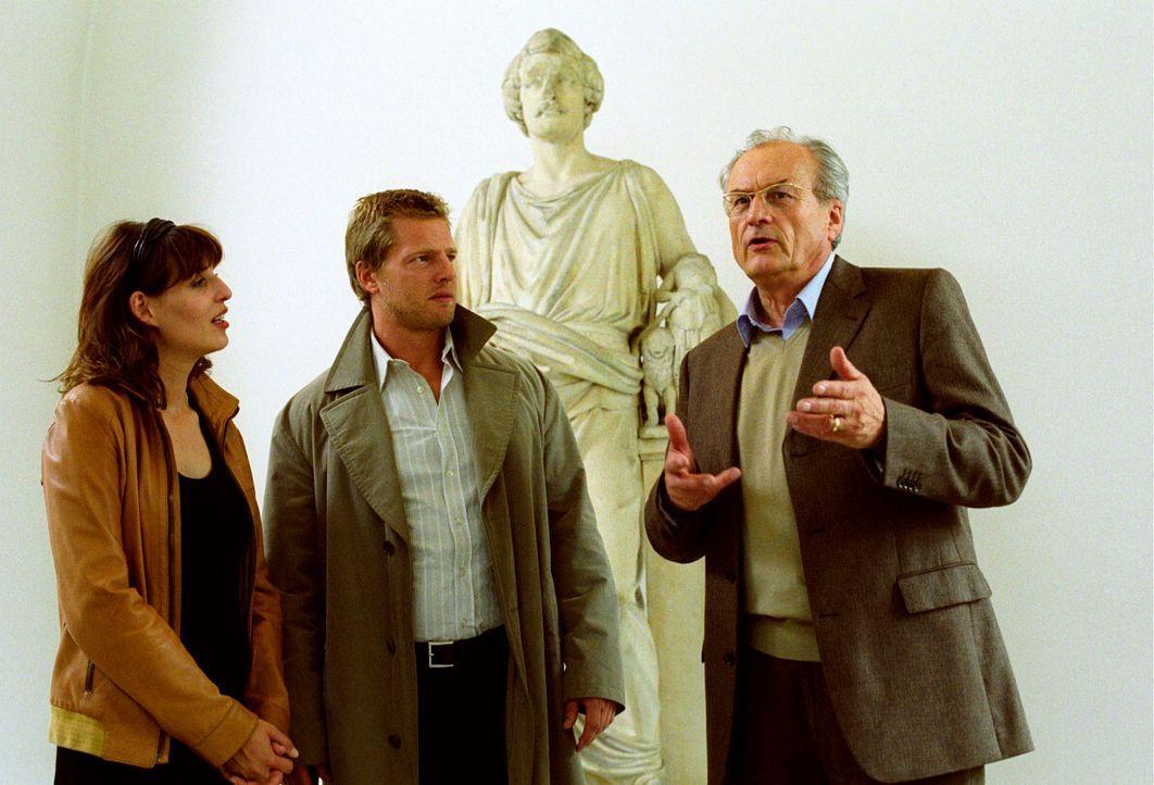 Nina (Elena Uhlig, l.) und Leo (Henning Baum, M.) befragen Prof. Reinhold Georgii (Dietrich Mattausch, r.). - Bildquelle: Christian A. Rieger Sat.1
