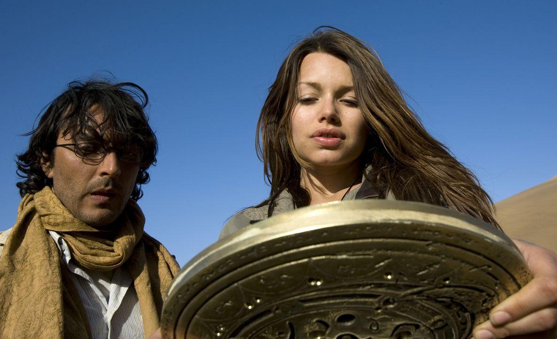 In der Sternenscheibe sieht Johanna (Cosma Shiva Hagen, r.) eine schreckliche Zukunft für die Menschheit. Gelingt es ihr und Simon (Olivier Sitruk,... - Bildquelle: Olaf R. Benold ProSieben