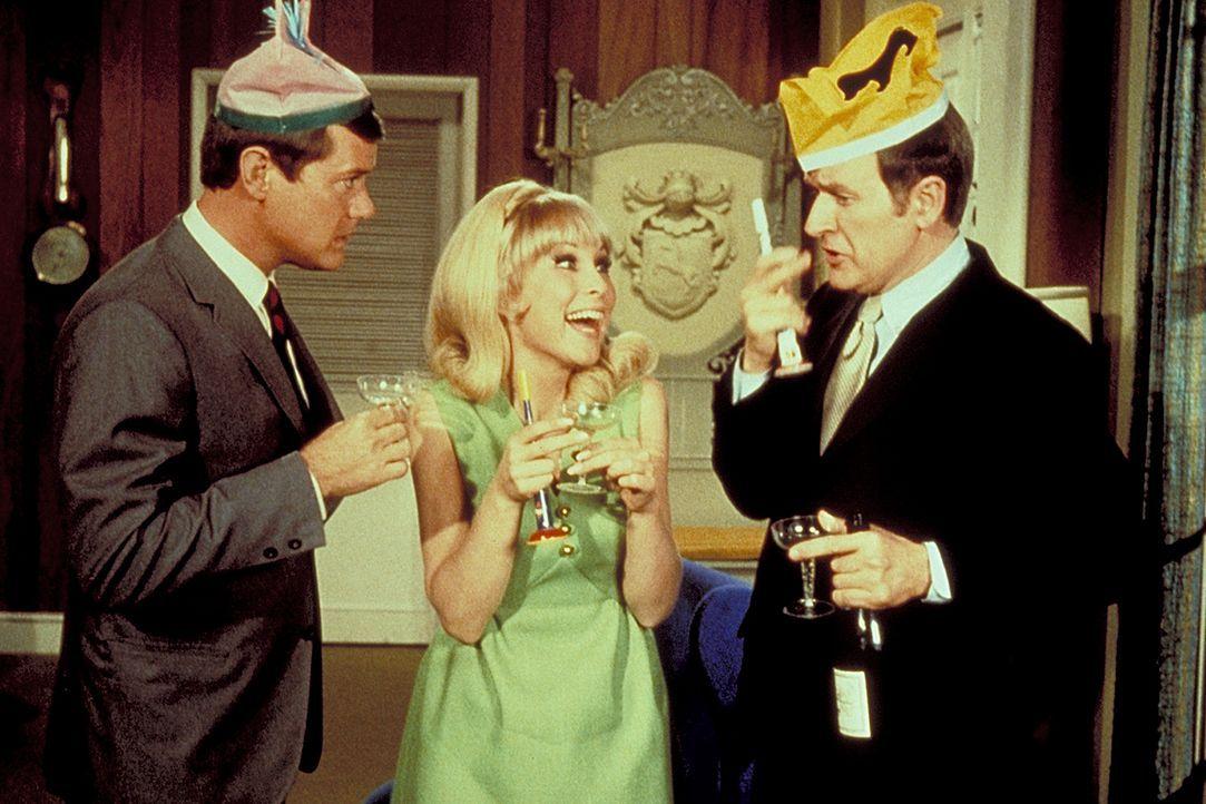 Jeannie (Barbara Eden, M.) begrüßt mit einer kleinen Feier die beiden Astronauten Tony (Larry Hagman, l.) und Roger (Bill Daily, r.). - Bildquelle: Columbia Pictures