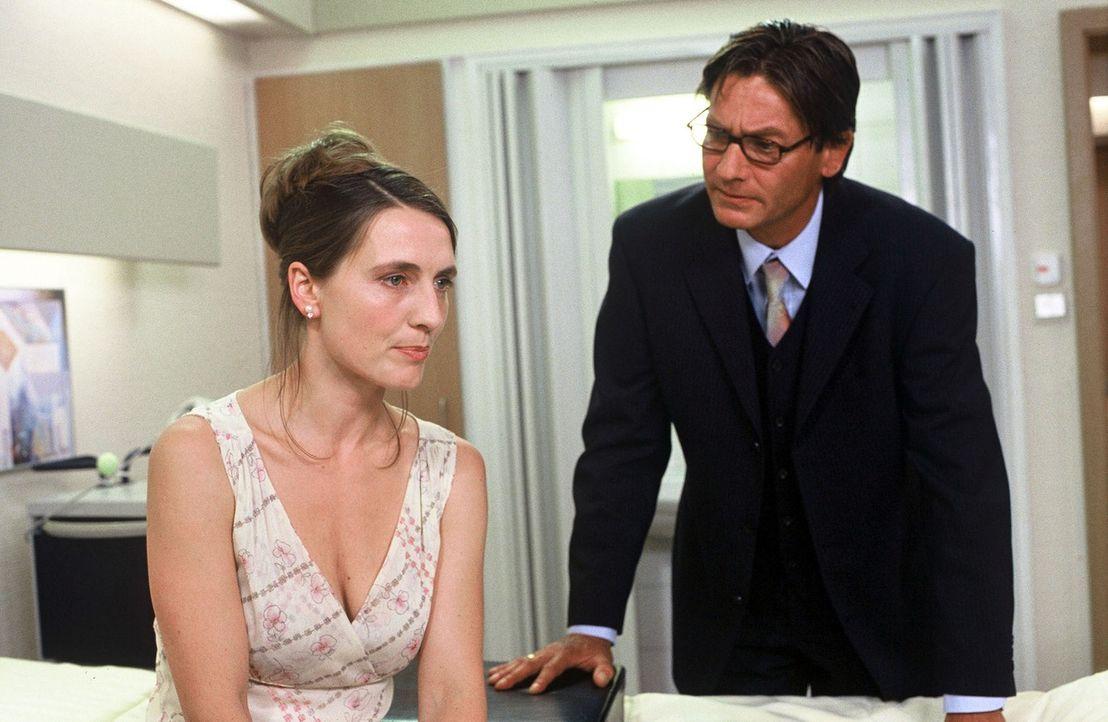 Johanna (Joana Schümer, l.) besucht ihren Mann (Rainer Grenkowitz, r.) in der Klinik, um mit ihm über ihre Probleme zu sprechen. - Bildquelle: Norbert Kuhroeber Sat.1