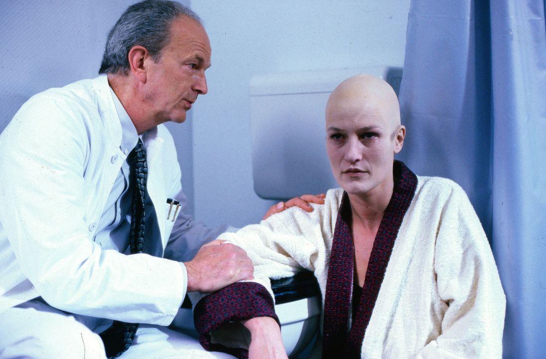 Astrid (Suzanne von Borsody, r.) erfährt von Professor Schlingschröder (Michael Gwisdek, l.), daß im letzten Moment der Knochenmarksspender sein Ang... - Bildquelle: Stössel Sat.1
