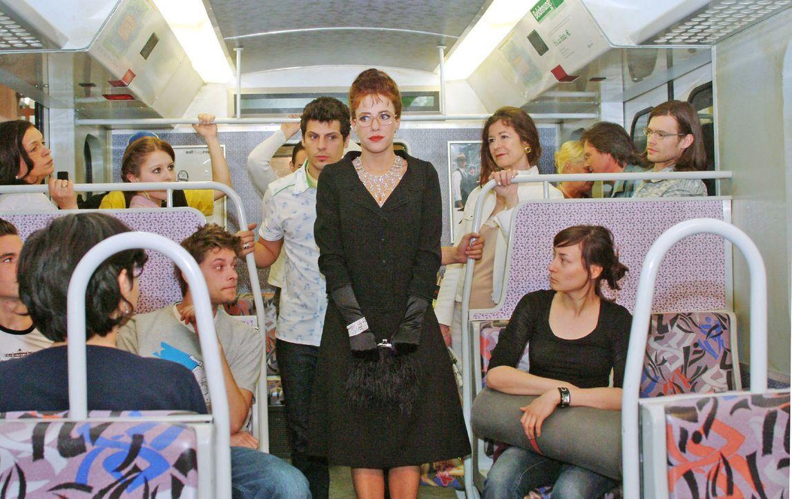 Begleitet von Rokko (Manuel Cortez, hinten) betritt Lisa (Alexandra Neldel, vorne) die S-Bahn. Ihr ist die Beachtung, die sie mit ihrem Äußeren erre... - Bildquelle: Monika Schürle Sat.1