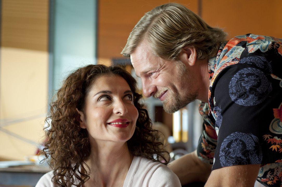 Als Mick (Henning Baum, r.) mit einer attraktiven Frau das Präsidium verlässt, überkommen Tanja (Proschat Madani, l.) kleine Eifersuchtsattacken ...... - Bildquelle: Martin Rottenkolber SAT.1 / Martin Rottenkolber