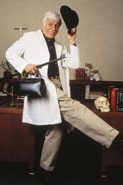 Dr. Sloan (Dick Van Dyke) in seiner Lieblingsrolle - als Entertainer. - Bildquelle: Viacom