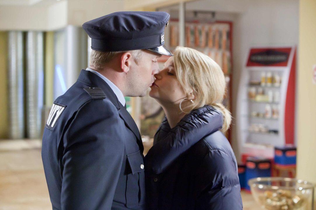 Kommen sich endlich näher: Danni (Annette Frier, r.) und Sven (Sebastian Bezzel, l.) ... - Bildquelle: Frank Dicks SAT.1