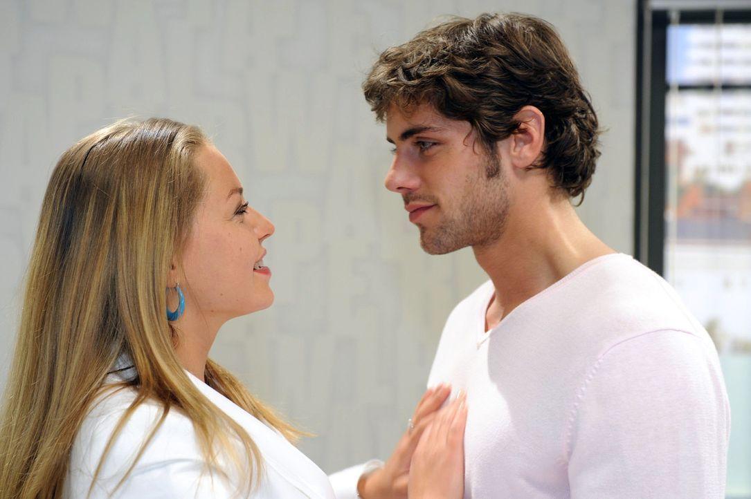 Jonas (Roy Peter Link, r.) ist verwundert, dass Katja (Karolina Lodyga, l.) von der Geschichte mit Alexanders Anzug weiß. Doch sie gibt ihm gegenübe... - Bildquelle: Oliver Ziebe Sat.1