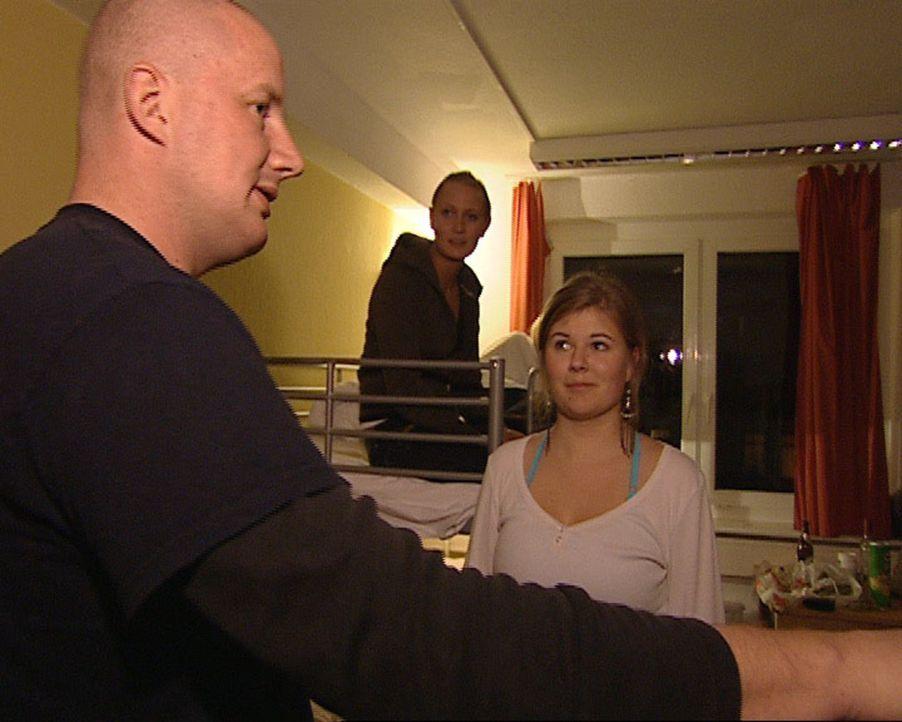 """Im """"A&O Hostel"""" in Kreuzberg treffen sich jugendliche Berlinbesucher aus ganz Deutschland. Toralf arbeitet hier als Nachtwache. Wer nicht die Regeln... - Bildquelle: Sat.1"""