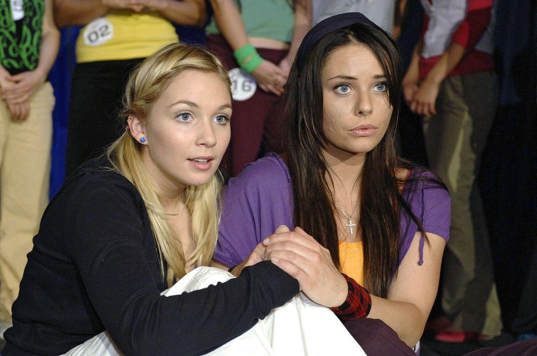Lily (Jil Funke, l.) und Paloma (Maja Maneiro, r.) warten voller Anspannung auf die Entscheidung der Jury. - Bildquelle: Oliver Ziebe Sat.1