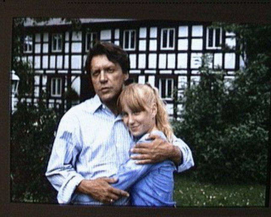 Martin Böhm (Helmut Berger, l.) ist mit sich und seinem Leben zufrieden und er glaubt, auch seine Tochter Tonie (Nadine Neumann, r.) und seine Frau... - Bildquelle: Erika Hauri Sat.1/Hauri