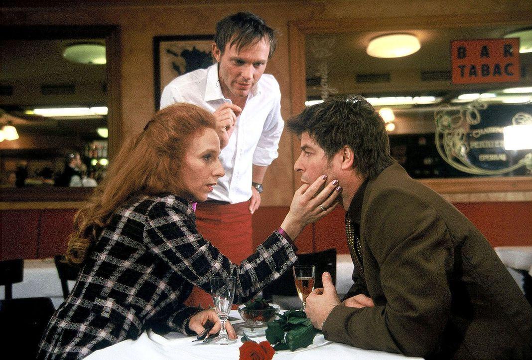 Jupp (Uwe Fellensiek, r.) flirtet im Café mit Verena (Nicole Spiekermann, l.), während Falk (Dirk Martens, M.) serviert und abräumt. - Bildquelle: Münstermann Sat.1