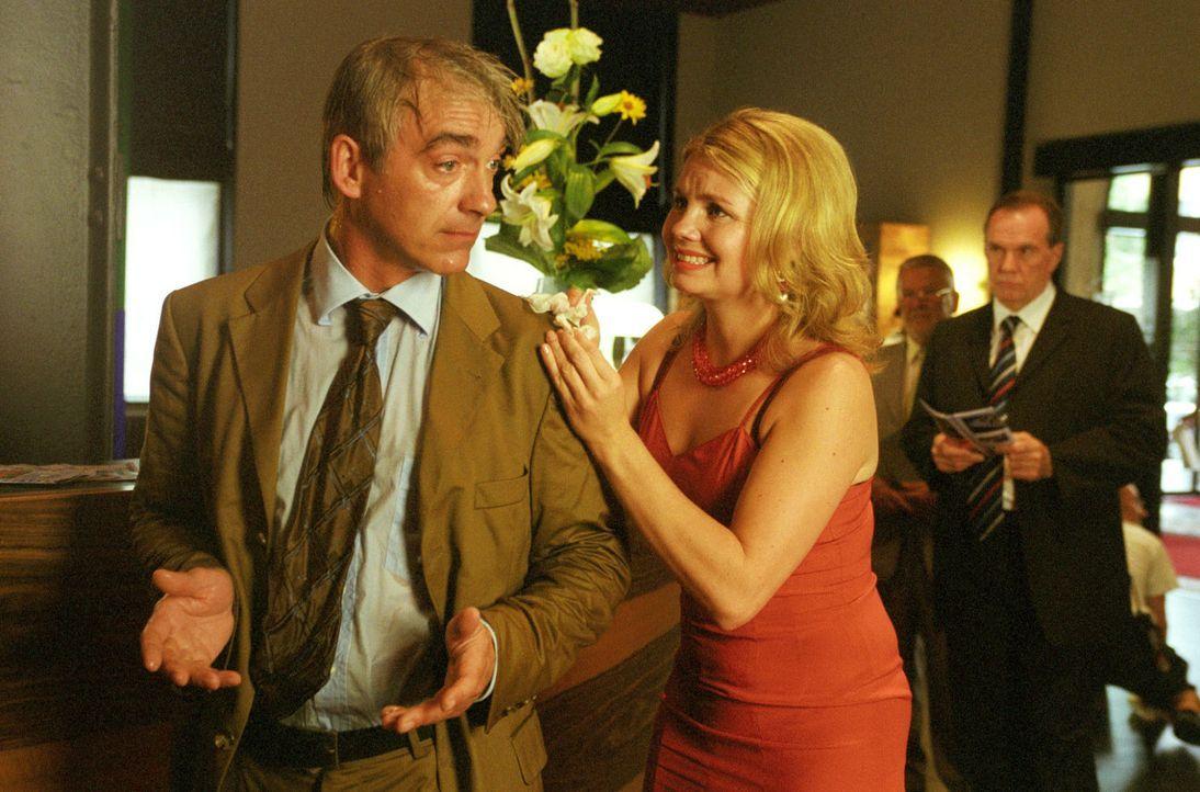 """Die liebenswert-tollpatschige Mimi (Annette Frier, r.) bringt Felix (Christoph M. Ohrt, l.) immer wieder in """"anzügliche"""" Schwierigkeiten ... - Bildquelle: Hardy Spitz Sat.1"""