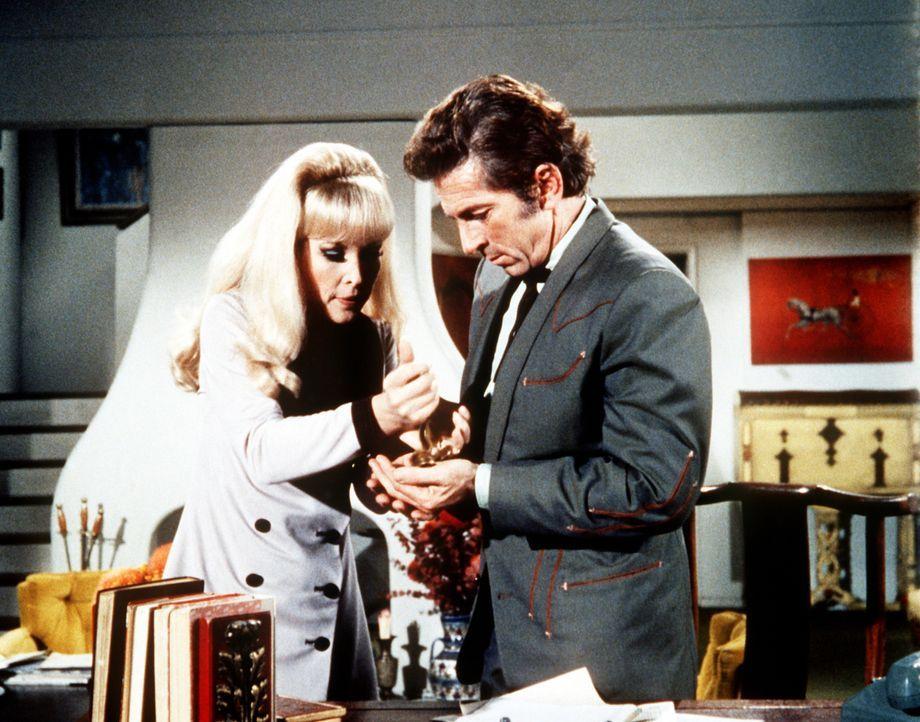 Jeannie (Barbara Eden, l.) lässt sich von Tonys schlitzohrigem Vetter Arvel (Gabriel Dell, r.) einwickeln. - Bildquelle: Columbia Pictures