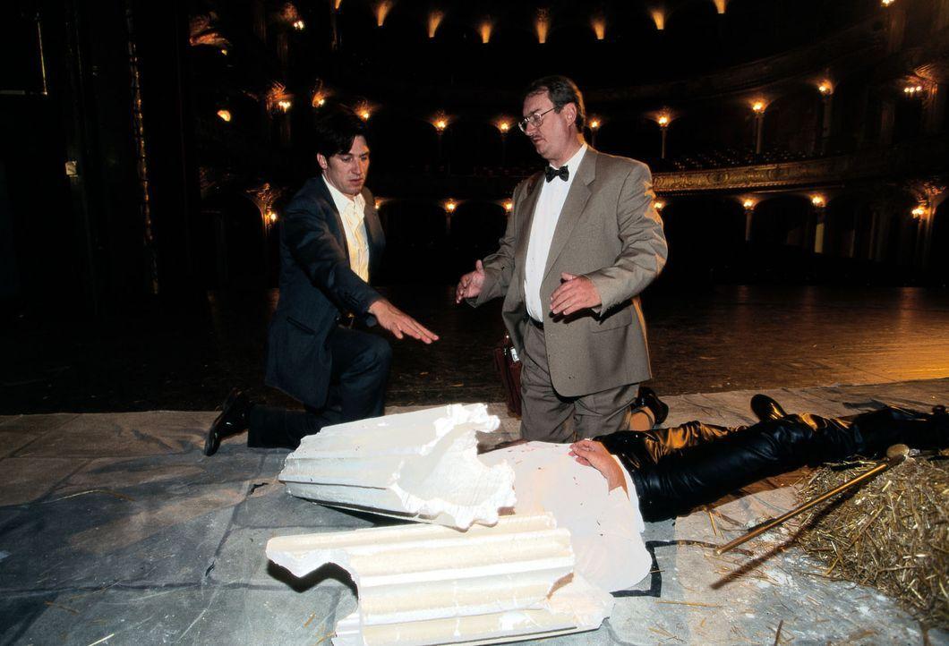 """Während der Aufführung von """"Romeo und Julia"""" wird der Hauptdarsteller von einem herabstürzenden Dekorationsstück erschlagen. Moser (Tobias Moretti,... - Bildquelle: Ali Schafler Sat.1"""