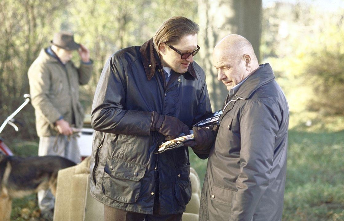 Max Kerner (Michael Brandner, l.) ist seinem Chef (Klaus Löwitsch, r.) treu ergeben. - Bildquelle: Meier