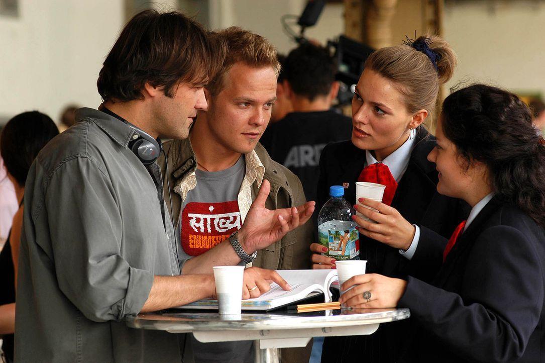 Regieanweisungen während einer kurzen Drehpause - Bildquelle: Willi Weber ProSieben