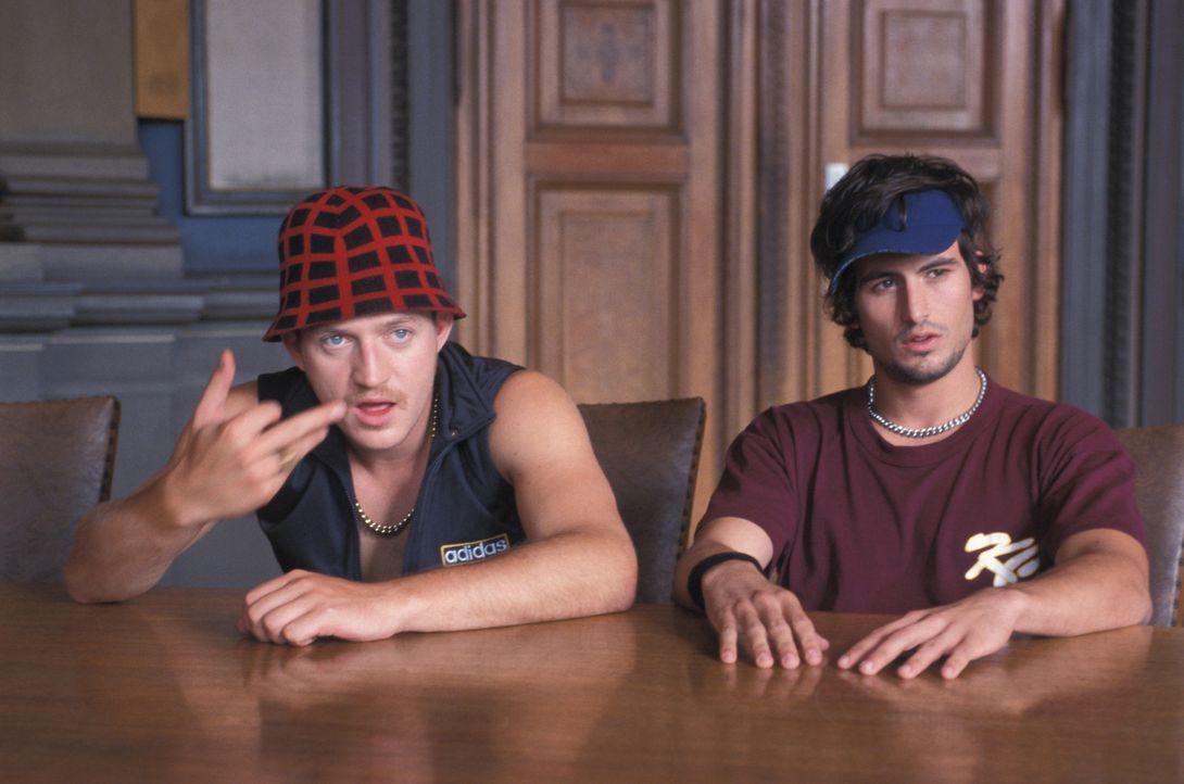 Die chaotischen Musiker und Lebenskünstler Kemal (Josef Heynert, l.) und Yogi (Tom Beck, r.) lassen sich weder von unangenehmen Kredithaien, brutale... - Bildquelle: ProSieben