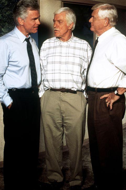 Mark (Dick Van Dyke, M.) und seine Freunde überlegen, wer von den Polizisten korrupt sein könnte. - Bildquelle: Viacom